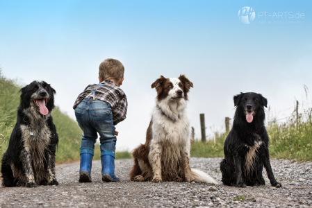 Kinder und Hunde auf dem Weg mit Regenschirm und Mohnblume