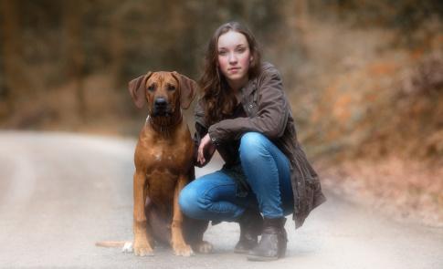 Hundefotografie-Petra-Tänzer-Mädchen-mit-Rhodesian-Ridgeback-Welpen