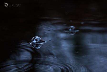 Regentropfen im  Teich